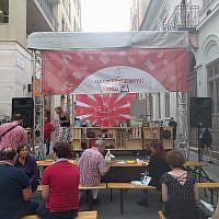Une démonstration culinaire juive au festival de rue Judafest à Budapest, le 10 juin 2018. (Yaakov Schwartz/ Times of Israel)