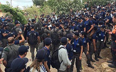 Des policiers et des agents de la police des frontières à l'avant-poste de Netiv Haavot dans la zone du Gush Etzion en Cisjordanie lors de la démolition de 15 maisons construites illégalement, le 12 juin 2018. (Luke Tress/Times of Israel)