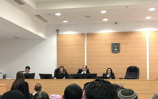 Les juges du tribunal central de district de Lod donnent lecture de leur décision dans la requête préalable au procès concernant la recevabilité des aveux donnés par les deux suspects juifs dans l'affaire terroriste de Duma après avoir été torturés par les interrogateurs du Shin Bet, le 19 juin 2018. (Crédit : Jacob Magid/Times of Israel)