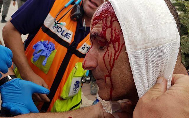 Un policier est soigné par des médecins après avoir été agressé par des résidents lors de l'évacuation de l'avant-poste illégal de Netiv Haavot en Cisjordanie le 12 juin 2018. (Police d'Israël)