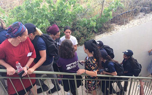 Des manifestants à l'avant-poste de Netiv Haavot dans la région du Gush Etzion en Cisjordanie peu avant la démolition prévue de 15 maisons construites illégalement, le 12 juin 2018. (Luke Tress/Times of Israel)