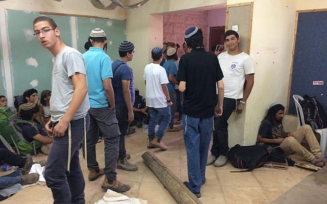 Des manifestants à l'avant-poste de Netiv Haavot, dans la zone du Gush Etzion en Cisjordanie, à l'intérieur d'une des 15 maisons construites illégalement peu avant leur démolition prévue, le 12 juin 2018. (Luke Tress/Times of Israel)