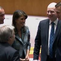 De gauche à droite : le coordinateur spécial pour le processus de paix au Moyen-Orient Nickolay Mladenov , le secrétaire d'Etat des Nations unies Antonio Guterres, l'ambassadrice américaine à l'ONU Nikki Haley, l'envoyé pour la paix américain Jason Greenblatt et le conseiller spécial et gendre du président Donald Trump Jared Kushner avant une session du conseil de sécurité de l'ONU sur le conflit israélo-palestinien (Capture d'écran : Nations unies)