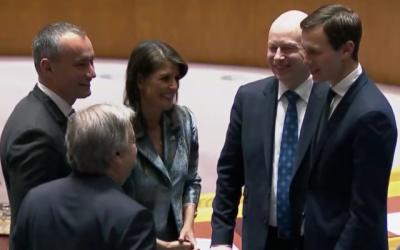 De gauche à droite : le coordinateur spécial pour le processus de paix au Moyen-Orient Nickolay Mladenov , le secrétaire d'Etat des Nations unies Antonio Guterres, l'ambassadrice américaine à l'ONU Nikki Haley, l'envoyé pour la paix américain Jason Greenblatt et le conseiller spécial et gendre du président Donald Trump Jared Kushner avant une session du conseil de sécurité de l'ONU sur le conflit israélo-palestinien (Crédit : capture d'écran Nations unies)
