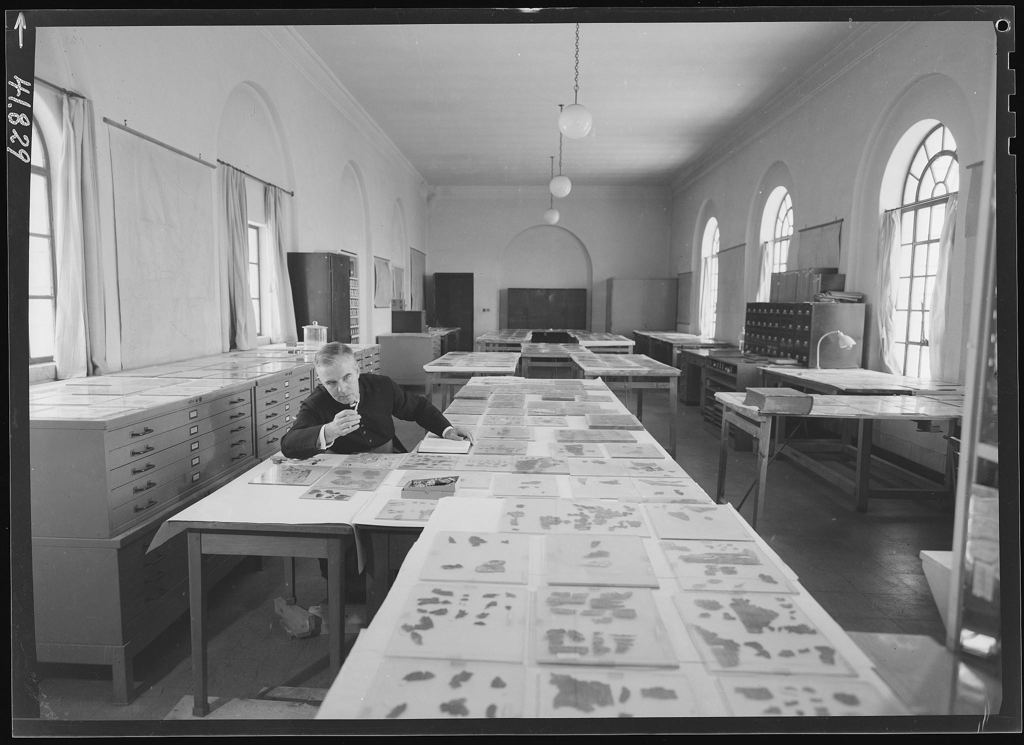 Les premières recherches sur les rouleaux de la mer Morte au Rockefeller Museum, à Jérusalem Est (Autorisation du laboratoire des rouleaux de la mer Morte, AAI)