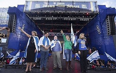 Le consul israélien Dori Goren, au centre, se joint aux chrétiens évangéliques, qui agitent des drapeaux israéliens et prient pour l'État juif lors de la Marche pour Jésus le 31 mai 2018, à Sao Paulo. (Courtoisie / Consulat d'Israël à Sao Paulo)