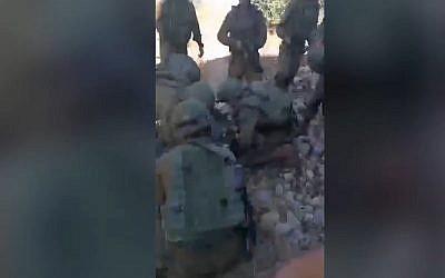 Capture d'écran d'une vidéo qui aurait montré des soldats de l'armée israélienne aux côtés d'un Palestinien blessé, Azzedine Tamimi, suite aux tirs de l'armée à  Nebi Saleh, en Cisjordanie, le 6 juin 2018 (Capture d'écran : YouTube)