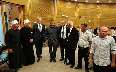 Le vice-ministre Michael Oren, (troisième à partir de la gauche), avec des dignitaires arabes lors d'un événement célébrant le Ramadan à la Knesset, le 12 juin 2018 (Raphael Ahren/TOI).