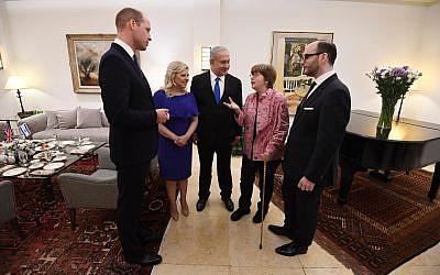 Le Premier ministre israélien Benjamin Netanyahu et sa femme Sara, avec le Prince William, ont rencontré les descendants de Haimaki et de Rachel Cohen, qui ont été sauvés durant la Shoah par la Princesse Alice, l'arrière-grand-mère du Prince William (Crédit : Haim Zach / GPO)