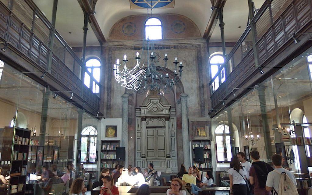 Le Synagoga Cafe à Trnava, en Slovaquie, le 13 semptembre 2017. (Crédit : Wikimedia Commons/via JTA)