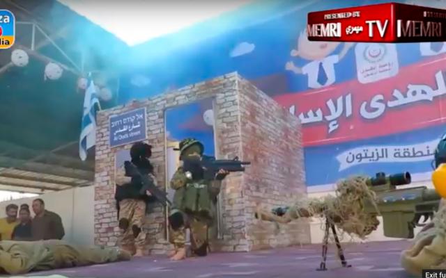 Des enfants palestiniens de l'école maternelle d'Al-Hoda jouent une scénette sur le meurtre d'un soldat israélien et la prise en otage d'un civil, le 13 mai 2018 (Crédit :  MEMRI, Autorisation)