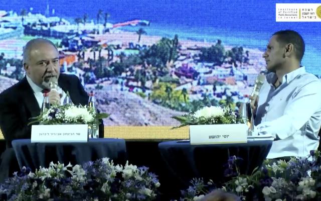 Le ministre de la Défense Avigdor Liberman interviewé par le correspond militaire de Yedioth Ahronoth Yossi Yehoshua à la conférence annuelle de l'Institute of Certified Public Accountants, à Eilat, le 5 juin 2018. (Crédit : capture d'écran)