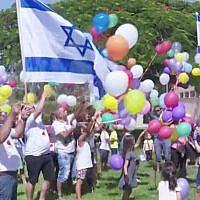 Les enfants et les habitants du kibboutz  Nir Am envoient des ballons pleins de bonbons vers la bande de Gaza, le 15 juin 2018 (Capture d'écran :  : Hadashot TV News)