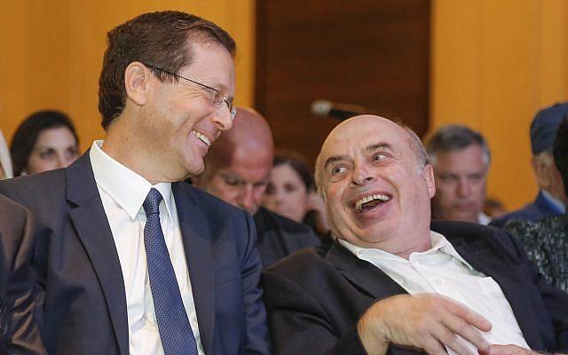Le président sortant de l'Agence juive Natan Sharansky et le président-élu Isaac Herzog, à Jérusalem, le 24 juin 2018. (Crédit : Nir Kafri pour l'Agence juive)
