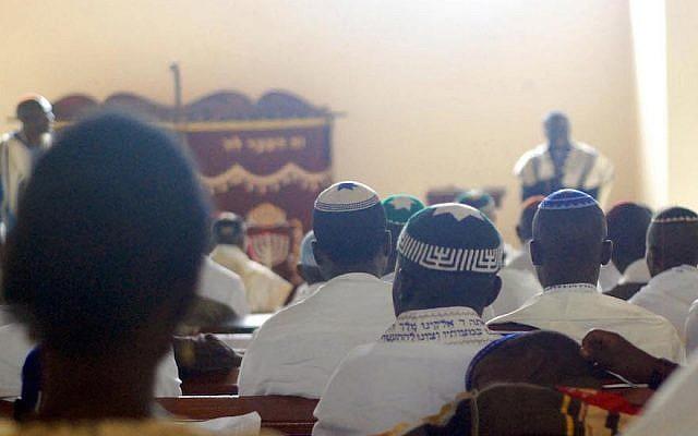 Les membres de la communauté juive ougandaise à la synagogue (Autorisation :  Bechol Lashon via JTA)