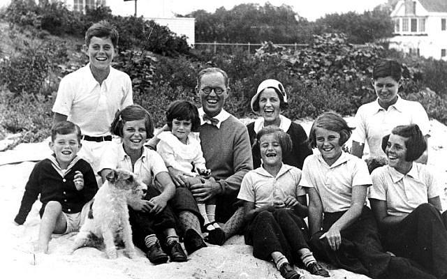 "La famille Kennedy à Hyannis Port, le 4 septembre 1931. De gauche à droite : Robert Kennedy, John F. Kennedy, Eunice Kennedy, Jean Kennedy (sur les genoux de) Joseph P. Kennedy Sr., Rose Fitzgerald Kennedy (enceinte d'Edward ""Ted"" Kennedy au moment de la photo), Patricia Kennedy, Kathleen Kennedy, Joseph P. Kennedy Jr. (behind) Rosemary Kennedy. (Crédit : domaine public)"