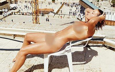 Marisa Papen, une top-model belge pose nue devant le mur Occidental à Jérusalem, en mai 2018. (Crédit : capture d'écran marisapapen.com)