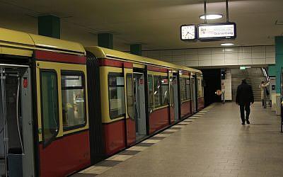 Illustration: le quai d'une station de métro de Berlin, le 23 février 2008. (Crédit : Doron Horowitz/Flash90)