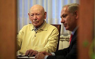 Benjamin Netanyahu (D) avec son père Benzion Netanyahu, dans la maison de Benzion à Jérusalem, le 5 février 2009. (Nati Shohat/ Flash90)