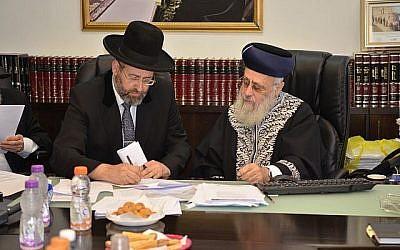 Le grand rabbin ashkénaze David Lau, (à gauche), et le grand rabbin sépharade Yitzhak Yosef se réunissent en urgence contre une nouvelle proposition de révision du système de conversion au judaïsme dans le pays, le 3 juin 2018 (Autorisation : Porte-parole du Grand rabbinat)