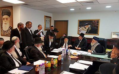 Les grands rabbins israéliens en réunion d'urgence avec les rabbins sionistes religieux pour évoquer une nouvelle proposition de révision du système de conversion au judaïsme dans le pays, le 3 juin 2018 (Autorisation : Porte-parole du Grand rabbinat)