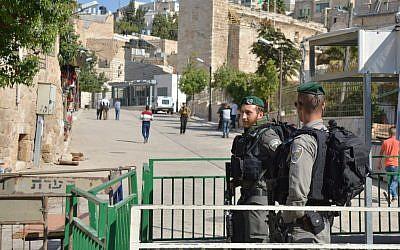 La police des frontière mont la garde près du Tombeau des Patriarches, à Hébron, après qu'un bombe artisanale a été trouvée et neutralisée par une équipe de sapeurs-miniers, le 10 juin 2018. (Crédit : police israélienne)