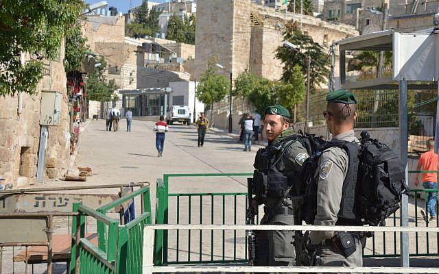 La police des frontière monte la garde près du tombeau des Patriarches, à Hébron, après qu'un bombe artisanale a été trouvée et neutralisée par une équipe de démineurs, le 10 juin 2018. (Crédit : police israélienne)