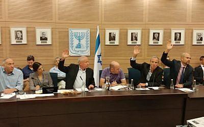 Les membres de la commission des Affaires étrangères et de la Défense votent en faveur à un texte déduisant les fonds versés à l'Autorité palestinienne du montant payé par Ramallah aux terroristes condamnés, le 11 juin 2018 (Autorisation)