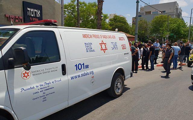 Les services d'urgence sur les lieux d'une attaque au couteau dans la ville d'Afula, le 11 juin 2018. (Crédit : Magen David Adom)
