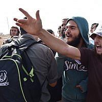 Des jeunes d'extrême-droite manifestant contre la démolition ordonnée par la cour de 17 constructions au sein de l'avant-poste illégal de Tapuah West. (Crédit : Police israélienne)