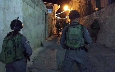 La police des frontières près du tombeau des Patriarches à Hébron, où un dispositif explosif a été jeté sur les officiers, le 20 juin 2018 (Crédit : Police israélienne)