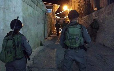 La police des frontières patrouille près du Tombeau des Patriarches à Hébron, où un engin explosif a été lancé sur les soldats, le 20 juin 2018. (Police d'Israël)