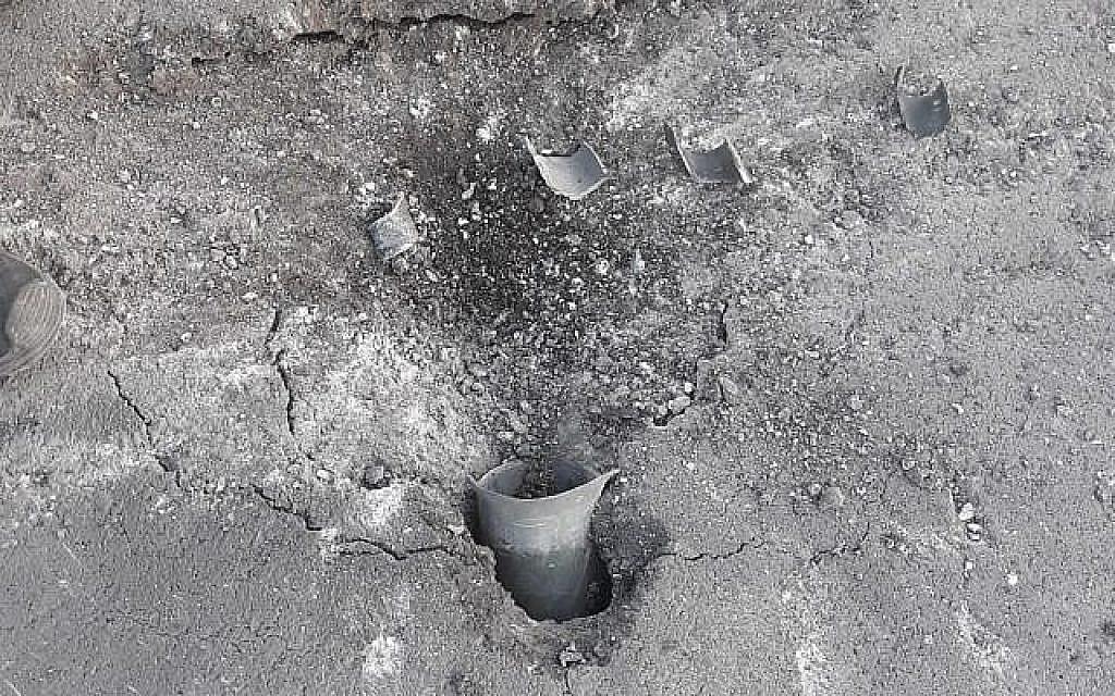 une roquette tirée depuis Gaza qui est tombée dans la rue de l'une des communautés de la région d'Eshkol, le 20 juin 2018 (Crédit : Région d'Eshkol)