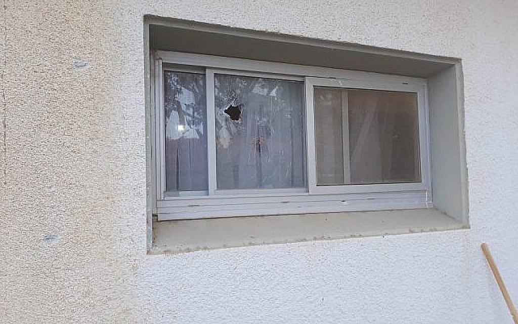 Les dégâts causés à une maison par une roquette tirée depuis Gaza qui est tombée dans l'une des communautés de la région d'Eshkol, le 20 juin 2018 (Crédit : Région d'Eshkol)