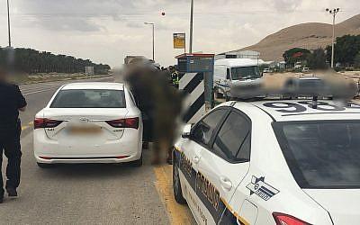 Illustration: un véhicule de la police israélienne arrête une voiture en Cisjordanie, le 20 juin 2018. (Crédit : police israélienne)