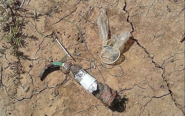 Un dispositif incendiaire découvert dans une communauté du Conseil régional de Shaar HaNeguev, le 21 juin 2018. (Crédit : police israélienne)