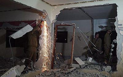 Des soldats israéliens démolissent le 21 juin 2018 la maison d'Ala Qabha, au nord de la Cisjordanie, qui a percuté un groupe de soldats, en tuant deux. (Armée israélienne)