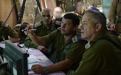 Le commandant de brigade Givati Ofer Winter au centre, avec le chef d'état-major Benny Gantz et le général de Division Sami Turjeman, pendant l'opération bordure protectrice, le 2 août 2014.. (Crédit : armée israélienne)