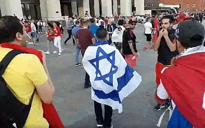 Un Israélien est chahuté par des supporters tunisiens à Moscou, le 21 juin 2018 (Capture d'écran vidéo Facebook)