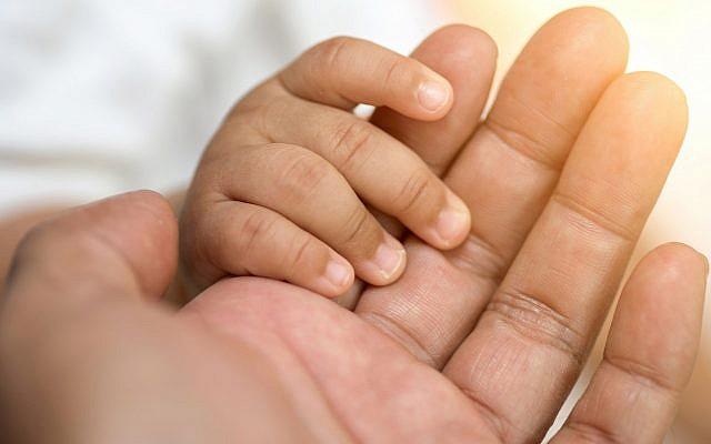 Illustration d'un bébé tenant la main (boonchai wedmakawand; iStock by Getty Images)