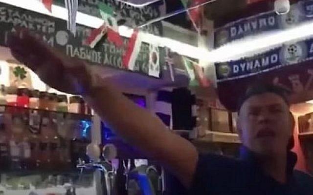 Des supporters britanniques font le salut nazi dans un bar de Volgograd, en Russie. (Crédit : capture d'écran YouTube)