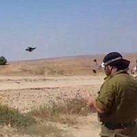 Des réservistes de l'armée de l'air utilisent des drones pour repérer et abattre des ballons et des cerfs-volants en provenance de Gaza qui sont équipés de matériaux inflammables pour incendier les champs israéliens, le 7 juin 2018. (Capture d'écran de Hadashot News)