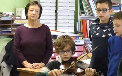 Edith Moskovic, rescapée de la Shoah, devant des écoliers (Crédit: capture d'écran AC-Montpellier)