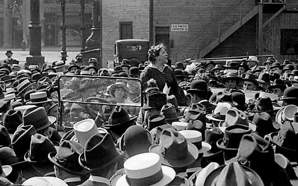 Emma Goldman, militante engagée dans la justice sociale, s'adresse à la foule en 1916, plusieurs années avant son expulsion en Russie par le gouvernement des Etats-Unis (Crédit : Domaine public)