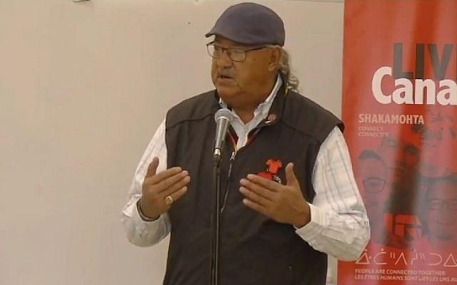 Eugène Arcand, survivant des pensionnats autochtones au Canada, ici lors d'une conférence e, octobre 2017 (Crédit: capture d'écran LIVEartSaskatchewan/Youtube)