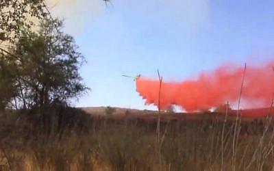 Des champs en flammes sur la frontière avec Gaza, le 3 juin 2018 (Capture d'écran :Ynet news)