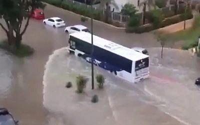 Les inondations à Sdérot le 13 juin 2018 (Capture d'écran : Twitter/Hadashot/Robby Pereg)
