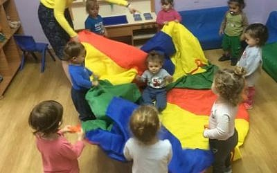 Photo d'illustration : Des enfants jouant à un jardin d'enfants à Petah Tikvah. (Capture d'écran/ YouTube)