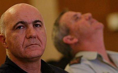 L'ex-chef du Shin Bet, Yoram Cohen, à gauche, et l'ex-chef d'état-major de Tsahal, le général Benny Gantz, en décembre 2011. (Miriam Alster/Flash90)