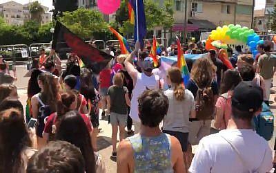 Les participants à la toute première Gay Pride de Kfar Saba, le 1er juin 2018 (Capture d'écran : Ynet news)